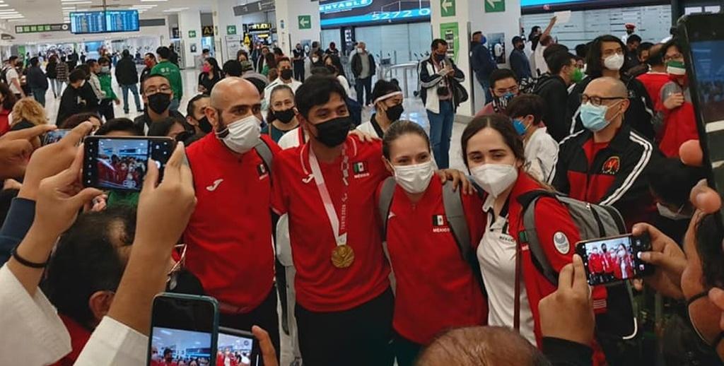 Atletas paralímpicos son recibidos como héroes en llegada a México